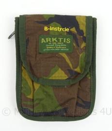 Woodland tas B-InstrCie voor notietieblok en pen - merk Arktis - afmeting 19 x 14 x 2 cm - Origineel