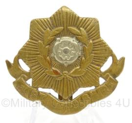 WO2 Britse pet of baret insigne East Yorkshire Regiment  - afmeting 4,5 x 4,5 cm - origineel