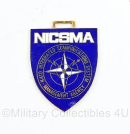 NATO borsthanger metaal insigne NATO NICSMA - NATO Integrated Communications System Management Agency - 5 x 4 cm - origineel