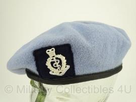 Britse baret Royal Medical Corps lichtblauw - met insigne- maat 57 - origineel