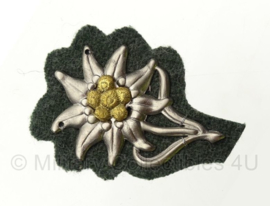 Gebirgsjäger pet edelweiss metaal - op groene wollen ondergrond - zilver