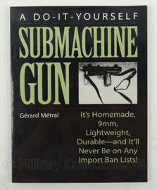 Boek A do it yourself submachine gun Gerard Metral - afmeting 28 x 22 cm - origineel