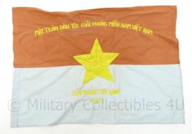 US Vietnam oorlog zeldzame vlag 1967 van de Vietcong - Nationaal Bevrijdingsfront voor de bevrijding van Zuidelijk Vietnam - Mặt Trận Giải Phóng Miền Nam Việt Nam - 52 x 73 cm - origineel