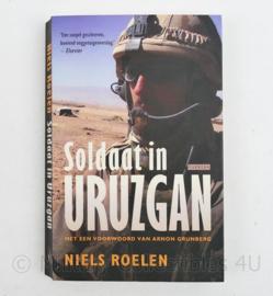 Soldaat in Uruzgan door Niels Roelen Gesigneerd en met tekst van de schrijver 2009