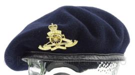 Britse leger baret met Royal Artillery insigne - maat 53 - origineel