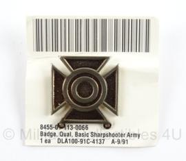 US Army Basic Sharpshooter Qualification Badge op origineel karton - net naoorlogs tot jaren 90- afmeting 2,5 x 2,5 cm - origineel