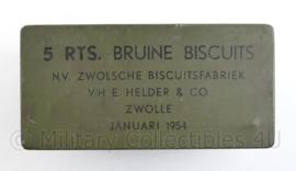 MVO periode Rantsoen blik Bruine Biscuits van de Zwolsche Biscuitsfabriek V/H E Helder en Co  - gedateerd januari 1954 - 12,5 x 9 x 9 cm - origineel