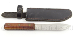 Militair mes met schede en zwart hoesje - afbeelding leeuw - 28 x 7 x 2 cm - origineel