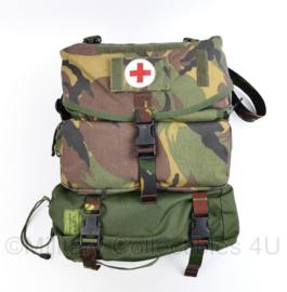 Nederlandse leger draagtas geneeskundige dienst met volledige inhoud en gewondentransportzeil - 38 x 30 x 15 cm - licht gebruikt - origineel
