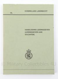KL Landmacht Handleiding Leidinggeven, Leiding geven aan soldaten - afmeting 20,5 x 15 cm - origineel