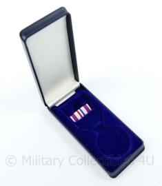 Nederlandse Defensie medaille doosje met ribbon herinneringsmedaille voor vredesoperatie - origineel