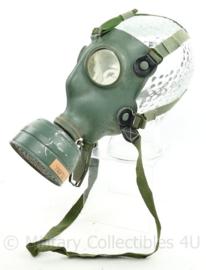 Nederlands tot 1940 Gasmasker met gasfilterbus - gasmasker van 1939 en filterbus van 1940 - Vredestein Holland - origineel