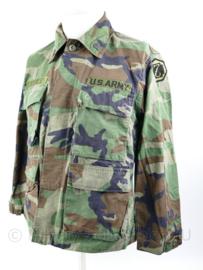 US Army BDU Woodland uniform jas Specialist met diverse emblemen - XS short - origineel