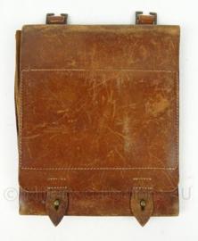 Dienst Kwartiermeester Generaal DKG bruin lederen kaartentas eind jaren 40 / jaren 50 - zeldzaam - afmeting 28 x 31 cm - origineel