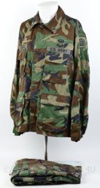 US Army Woodland BDU uniform set - jas met broek - 82nd Airborne Division met onderscheidingen - vroeg model 1982 - Large-Regular - origineel