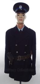 Nederlandse Gemeentepolitie uniform SET korte mantel, overhemd, stropdas, pet en koppel met holster - met originele insignes - Hoofdagent - maat Medium- origineel