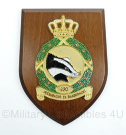 "KLU Luchtmacht wandbord - 930 Squadron - ""Veerkracht en Daadkracht"" - afmeting 19 x 14 x 1 cm - origineel"