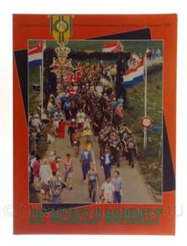 """Boek """"de wereld wandelt""""  vierdaagse 1991 - origineel"""