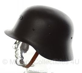 Spaanse M42 helm Modello Z. Lijkt op wo2 Duitse M42 helm - origineel