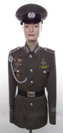 DDR Unterfeldwebel Dzierzinksky uniform SET jas, overhemd, stropdas, pet en koppel - met originele insignes, medailles en schietkoord - maat Small - origineel