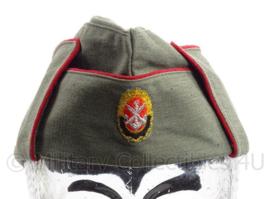 Duits DDR schuitje met rode bies en stoffen insigne - maat 57 - origineel