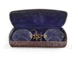 Antieke bril van de winkel L kern en Zoon 's-Gravenhage -  11,5 x 4,5 x 1,5 cm - origineel