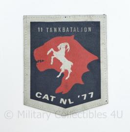 Defensie embleem 11 Tankbataljon CAT NL 77 - 13 x 10,5 cm - origineel
