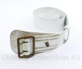 Witte kunstlederen koppel met messing sluiting - lengte 105 cm - gedragen - origineel
