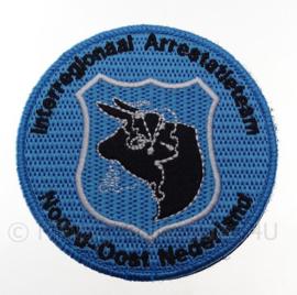 """Nederlandse Politie """"Interregionaal Arrestatieteam Noord Oost Nederland"""" embleem -  met klittenband - diameter 9 cm"""