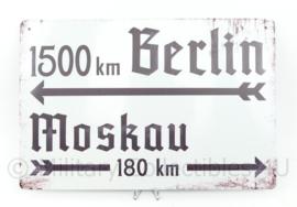 Metalen plaat WO2 Duitse leger 1500km Berlin und Moskau 180 km.   - 30 x 20 cm.
