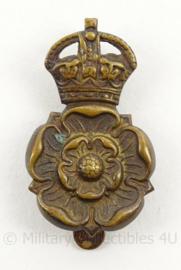 WO2 Britse baret of cap insigne The Queens Own The Yorkshire Dragoons - afmeting 2,5 x 4 cm - origineel