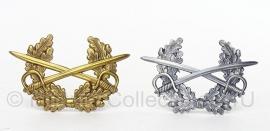 Pet insigne gekruisde zwaarden met krans Pet kokarde - zilver of brons kleurig - 5 x 7,5 cm. - origineel