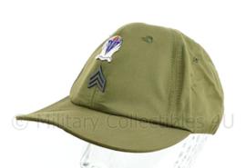 US Army Vietnam oorlog field cap 1964 met insigne Sergeant en insigne sky soldiers - maat 7 1/8 - origineel
