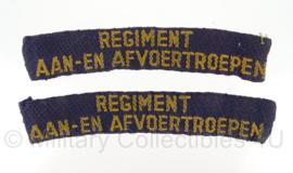 """Straatnaam paar """"regiment aan- en afvoertroepen"""" model 1946-1951 - 11 x 2 cm - origineel"""