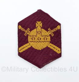 MVO Ministerie van Oorlog embleem karmozijnrood schild 1947 tot 1955 - 7 x 5 cm - origineel