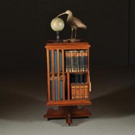 Antieke bijzettafels /  Zeer stabiele Boekenmolen in blond mahonie ca. 1890   (No.451945)