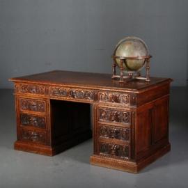 Antieke bureaus / Eikenhouten bureau met 9 faunen op de ladenfronten ca. 1875 (No.560662)