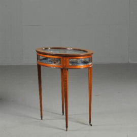 Antieke bijzettafels / Tafelvitrine ovaal in notenhout ca. 1890 met gebogen glas (No.440321)