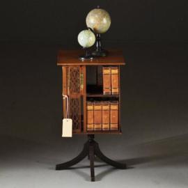 Antieke bijzettafels / Kleine boekenmolen ca. 1920 met opengezaagde paneeltjes en inlegwerk (No-320858)