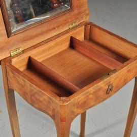 Antieke bijzettafels /  Rijk ingelegd fijnhouten werktafeltje op vier poten ca. 1900 vakjes onder het blad.  (No.450224)