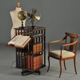 Antieke bijzettafels /  Boekenmolen ca. 1900 twee verdiepingen, verstelbare lezenaar en atlasvak (No-402661)