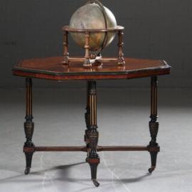 Antieke tafels / Achtkantige Napoleon III salontafel in noten met zwart (No.571037)