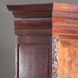 Antieke kasten / 17e eeuwse tweedeurskast met stermotief ingelegd en gesneden ranken (No.592261)
