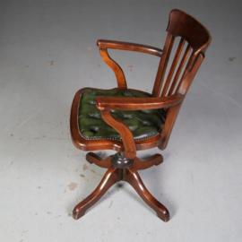 Antieke stoelen / Bureaustoel met groen gecapitonneerd leer draaibaar kantelbaar en hoogte verstelbaar (No.582834)