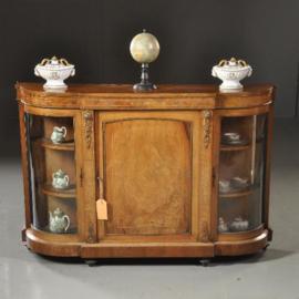 Antieke kasten /  Blonde .noten vitrinekast / Credenza met ca. 1880 met kwart ronde gebogen vintrines (No.472058)