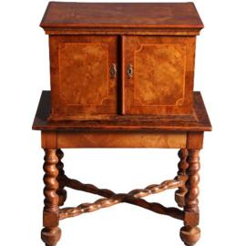 Antieke kasten / Wortelnoten tafelkastje / tafelkabinetje met drie laden 1740 op koloniaal onderstel (No.550750)