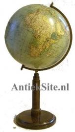 Antiek varia / wereldbol / Aardglobe op houten voet begin vorige eeuw(Item no. 98458)