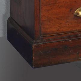 Antieke kasten / Grote Engelse mahonie winkelvitrine of museumkast ca. 1880 met 5 deuren en 15 laden.  (No301725