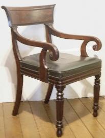 Antieke armstoelen / mahonie bureaustoelca. 1825-40  met groen leer. (No.79125)