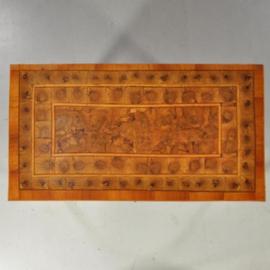 Antieke kasten / 18e eeuwse Italiaanse commode met olijfhout met essenhout en oesterfineer (No.401748)